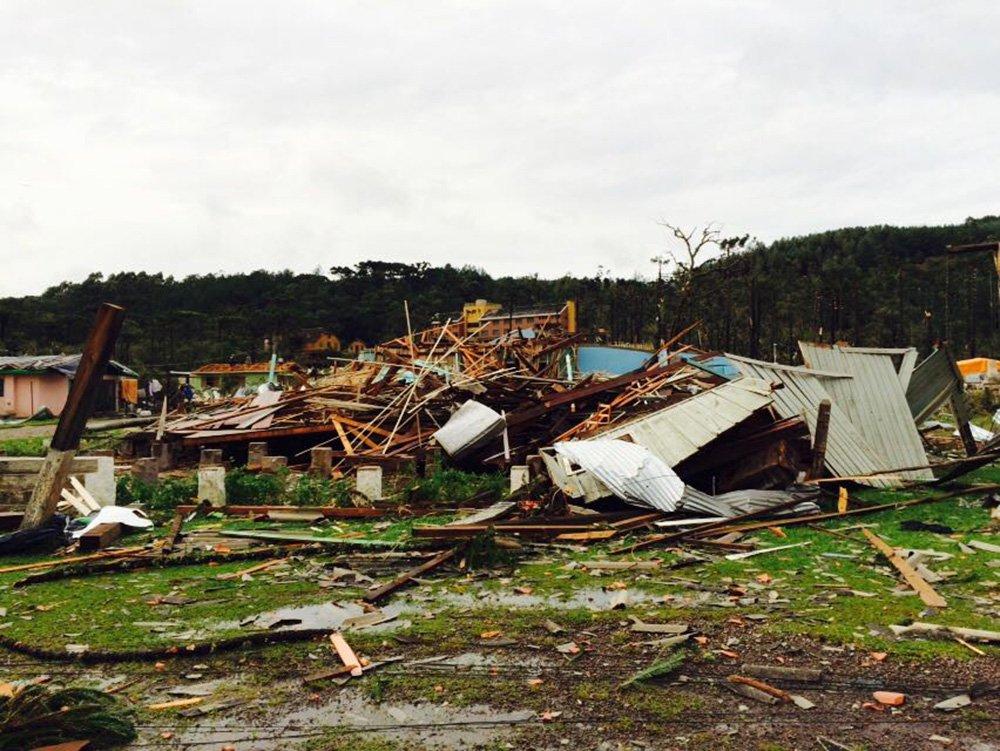 Quatro pessoas morreram (em Caraá, Caxias do Sul, Jaboticaba e Liberato Salzano) vítimas das adversidades climáticas dos últimos dias no estado; até o momento são 73 os municípios em estado de emergência e 159 os atingidos pelas chuvas, cheias dos rios e ventos fortes