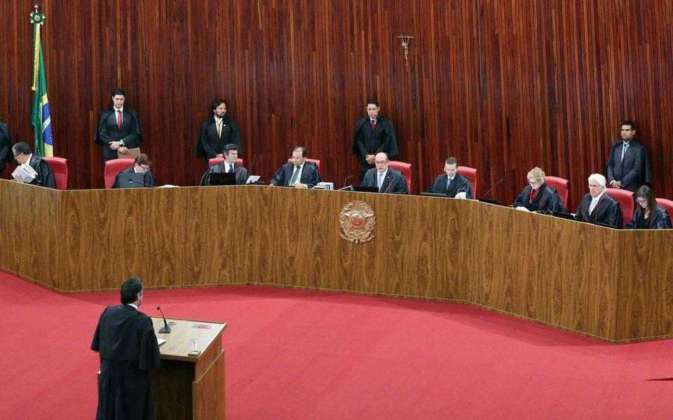 Mídia faz o jogo da desinformação e ilação, afirmando que a presidente deposta Dilma Rousseff e Michel Temer atuam juntos para protelar o julgamento da ação de cassação de Temer, que foi adiado pelo TSE; mas as defesas caminham em direções opostas; entenda os desdobramento possíveis do julgamento