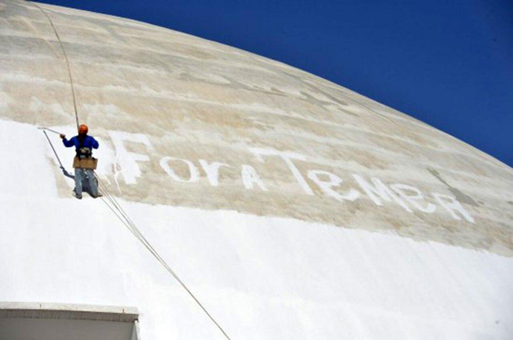 """O operário que pintou um """"Fora Temer"""" monumental na parede do Museu Nacional de Brasília enquanto trabalhava na pintura do prédio foi demitido na sequência de seu protesto; a empresa contratada para a restauração do edifício, RVA Comércio e Serviços de Construção, confirmou a dispensa"""