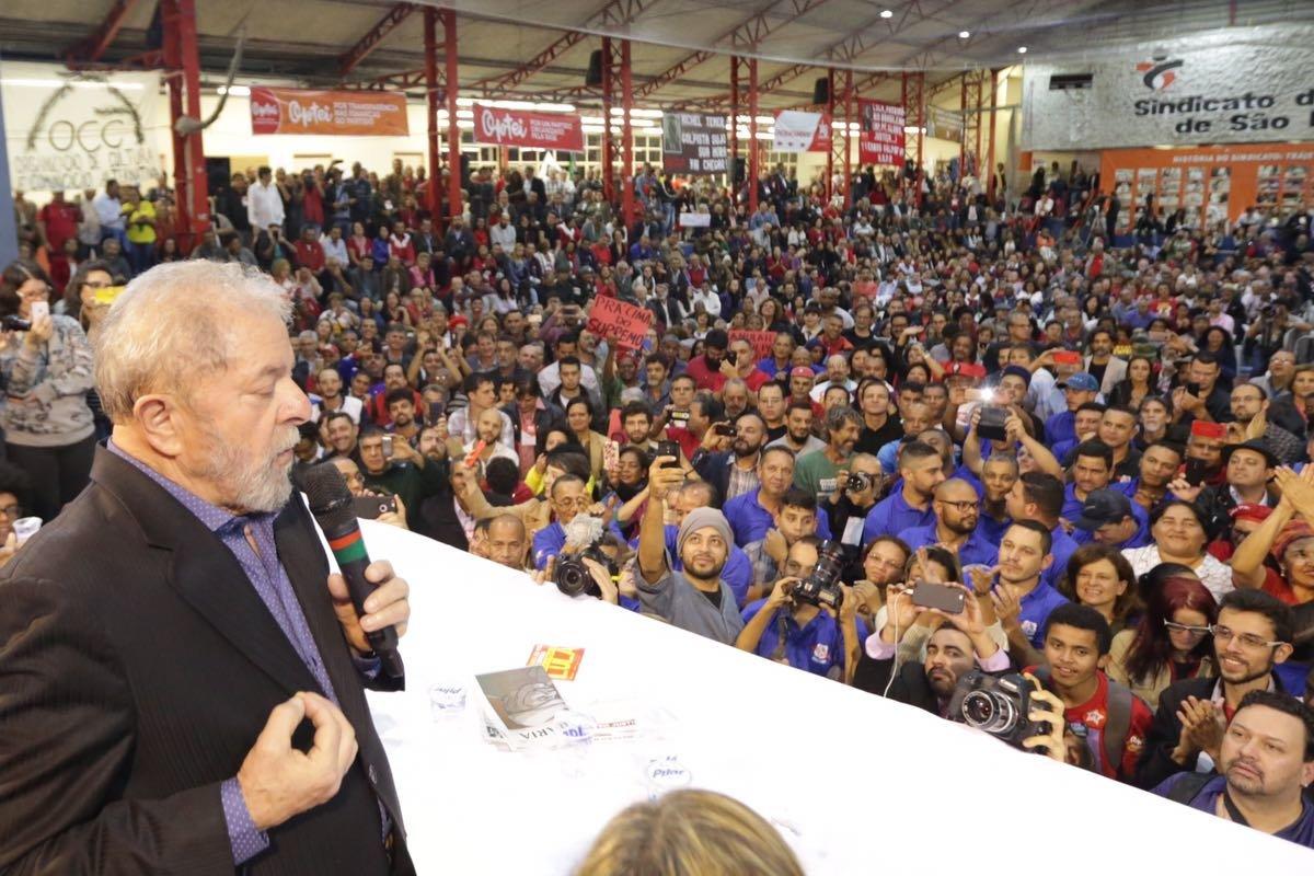 Lula discursa no sindicato dos bancários