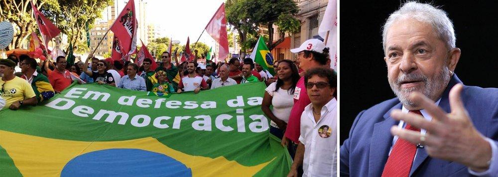 """O cientista político Emir Sader destaca em artigoque """"o neoliberalismo exige governos fracos, sem legitimidade, sem poder de ação e sem disposição de se opor aos ditames do grande capital""""; """"Lutar contra o neoliberalismo é, ao mesmo tempo, lutar pela democracia. E lutar pela democracia é, ao mesmo tempo, lutar contra o neoliberalismo"""", escreve Sader, para quem """"no Brasil, avançam juntos o golpe contra a democracia e a restauração do modelo neoliberal""""; """"O resgate da democracia é o resgate do direito de o povo eleger livremente seus governantes, ao mesmo tempo, que é o resgate dos direitos formais dos trabalhadores, os direitos sociais da massa da população, a proteção e o fortalecimento dos bancos públicos e do patrimônio público do país"""""""