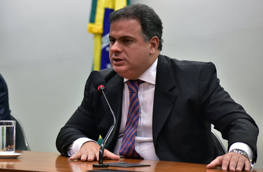 Tem coisa estranha aí. Todos que viram os desdobramentos do impeachment pela TV sabem que Bacelar nunca atuou a favor de Dilma, ao contrário, sempre fez parte da tropa de choque de Eduardo Cunha e votou contra a sua cassação, inclusive. Se pediu dinheiro a Joesley alegando precisar comprar deputados pró-Dilma, a sua intenção deve ter sido espalhar a mentira de que votos pela permanência de Dilma estavam sendo comprados