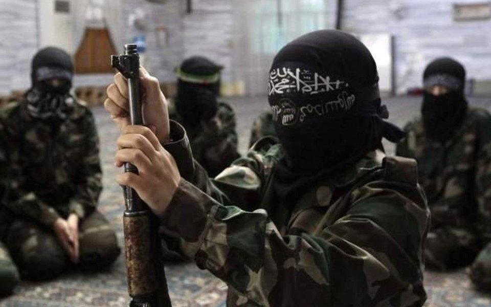"""Militantes que dirigem os treinamentos na base americana em Al-Tanf sob chefia de instrutores dos EUA vendem armas para o Daesh, grupo terrorista proibido na Rússia; a declaração foi feita pelo ex-chefe do serviço de segurança do setor sírio da base, Mohammad Assalam; """"O apoio clandestino se expressava através de venda de armas para o Daesh. Quando ficamos sabendo disso, nos dirigimos aos americanos, mas eles começaram apoiando ainda mais o comandante que eles escolheram para nos chefiar [o cabecilha de um grupo oposicionista]"""", disse Assalam"""