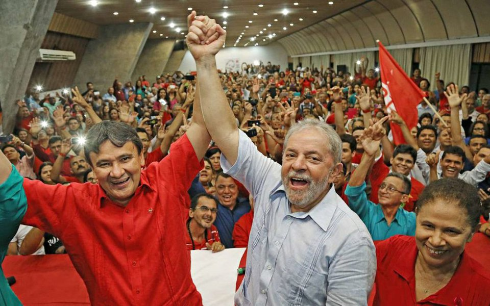 """Em saudação à caravana do ex-presidente Lula, que desembarcou no Piauí, a senadora Regina Sousa (PT-PI) afirmou que o petista """"reacende a militância, reacende a esperança das pessoas e é isto o que importa, pois o Brasil está precisando de esperança"""", diz;governador Wellington Dias concorda com Regina;""""Sua vinda ao Piauí possibilita que, mais uma vez, ele trate da pauta de interesse do povo com o próprio povo, para fazer o Brasil voltar a crescer, incentivando empreendimentos sustentáveis, que geram empregos e melhoram as vidas das pessoas""""; relato do Piauí Hoje"""