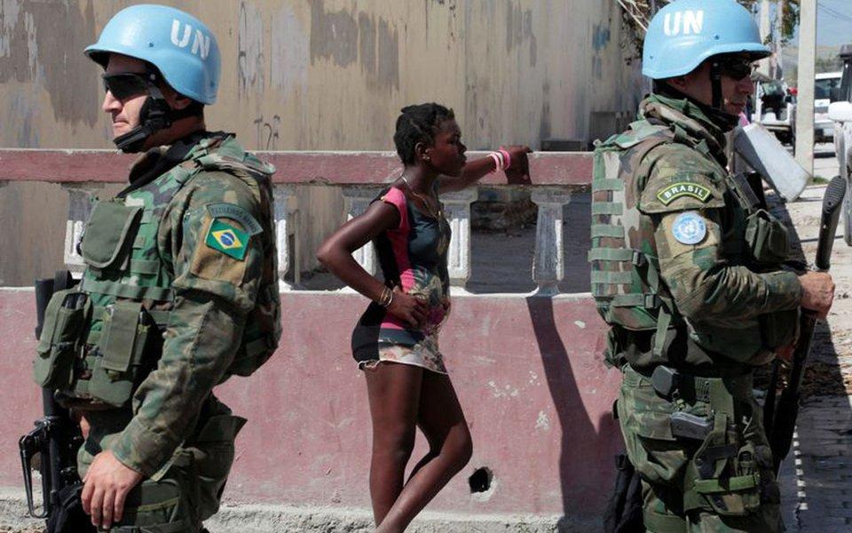 """Haitiana Martine Gestimé é a primeira mulher a denunciar ter sido estuprada por um soldado brasileiro que integrava as forças de paz da ONU; estupro teria acontecido em junho de 2007; ela teria sido atraída para o interior da base militar, onde o crime teria acontecido, para ganhar um pacote de biscoitos; em nota, o Ministério da Defesa informou que """"conforme se pode comprovar nos registros da Unidade de Conduta e Disciplina da ONU, não houve nenhuma denúncia formal de prática de crimes dessa natureza contra militares brasileiros"""""""