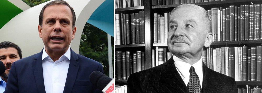 """Prefeito de São Paulo aceita doação de 5 mil exemplares de obras lançadas pelo Instituto Mises Brasil,de doutrina neoliberal, para a rede de ensino municipal; voltado à produção e à disseminação de estudos """"que promovam os princípios de livre mercado"""", o instituto leva o nome de Ludwig von Mises (1881-1973), um dos fundadores da Escola Austríaca de Economia, e defende o combate à intervenção estatal; obra """"As Seis Lições"""" fala sobre as """"falhas do socialismo"""""""