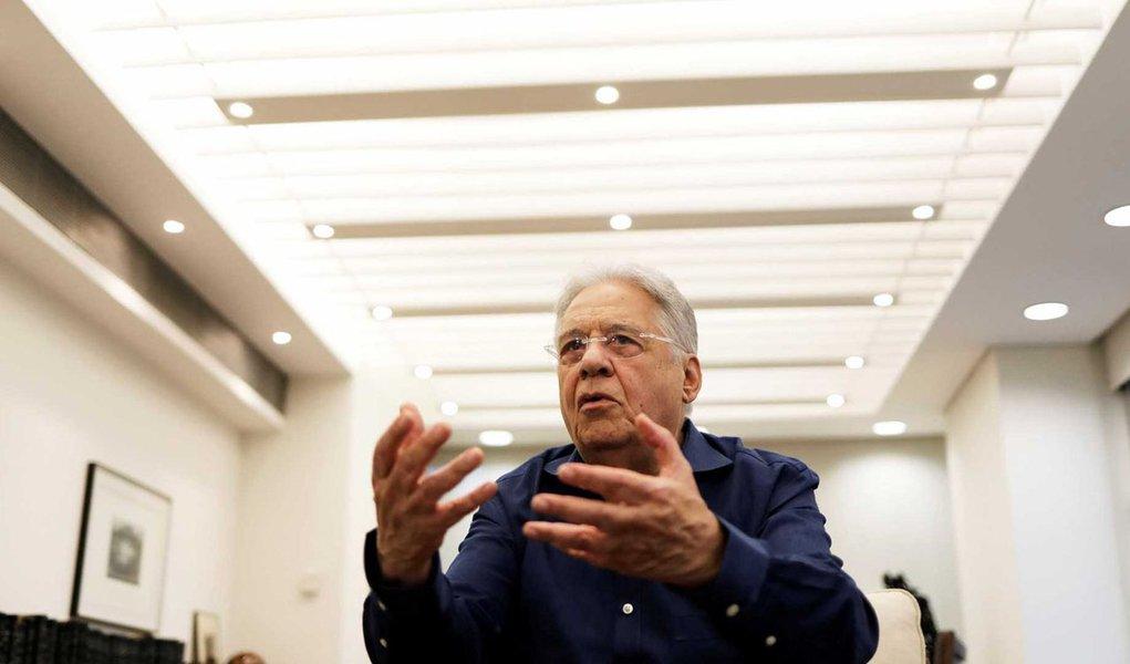 Com o PSDB cada vez mais desgastado pelo contínuo envolvimento de membros da cúpula da legenda em delações da Lava Jato e pelo apoio dado ao golpe que alçou Michel Temer ao poder, o eleitorado brasileiro quer distância de uma das principais lideranças tucanas: o ex-presidente Fernando Henrique Cardoso; levantamento feito pelo Instituto Paraná Pesquisas aponta que 70% dos brasileiros não dão valor algum às opiniões de FHC a respeito das crises política e econômica; outros 40% relataram que podem até deixar de votar em alguém apoiado pelo tucano; posições de FHC só repercutem dentro do próprio PSDB e junto a grande mídia
