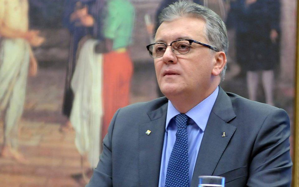 O Ministério Público Federal do Paraná (MPF-PR) denunciou o ex-presidente da Petrobras Aldemir Bendine, que também presidiu o Banco do Brasil, e mais cinco pessoas pelos crimes de corrupção ativa e passiva,organização criminosalavagem de dinheiro, além de embaraço de investigação de infrações penais; Bendine foi preso em 27 de julho, na 42ª fase da Lava Jato, suspeito de receber R$ 3 milhões em propina da Odebrecht; segundo o MPF, crimes ocorreram de 2014 a 2017
