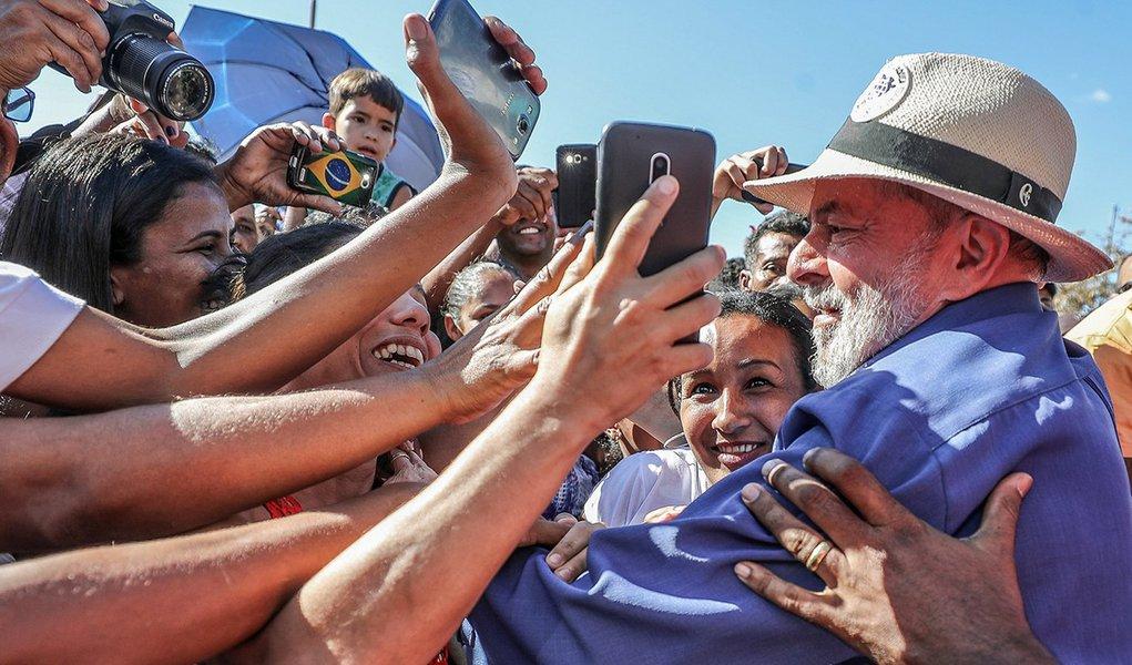 """Ex-ministro da Educação Aloizio Mercadante diz que o julgamento do recurso de Lula pelo TRF-4 em tempo recorde é mais uma prova da caçada judicial ao ex-presidente; """"Toda essa perseguição tem um objetivo claro: impedir que Lula se eleja novamente para, mais uma vez, realizar as conquistas econômicas, políticas e sociais de que o povo brasileiro precisa para se tornar cada vez mais altivo e soberano"""", diz ele; """"Acandidatura de Lula é a única que, até agora, se apresenta com credibilidade suficiente para se antepor à agenda de ortodoxia fiscal permanente e às reformas neoliberais patrocinadas pela turma do golpe. Todas as outras pré-candidaturas, com exceções das pouco competitivas no campo progressista, se apresentam como mera continuidade do golpe"""", diz Mercadante"""