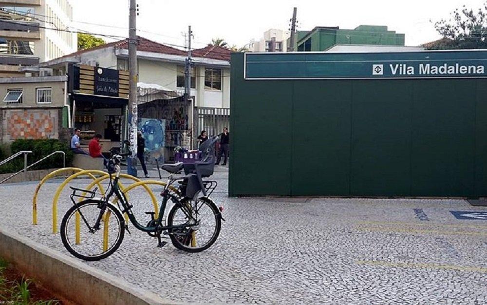 Ciclistas que chegam à estação Santa Cecília, da Linha 3-Vermelha do Metrô, paulista se deparam com o bicicletário fechado; o governador Geraldo Alckmin (PSDB) decidiu trocar os espaços cercados por paraciclos, alegando redução de custo e pouco uso dos bicicletários; no final de agosto, o espaço para bicicletas da estação Vila Madalena, da Linha 2-Verde, também foi fechado. As estações Brás (Linha 3-Vermelha), Liberdade e Paraíso (Linha 1-Azul) também tiveram seus bicicletários fechados esse ano