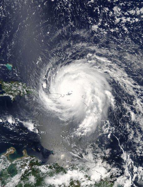 O olho do Furacão Irma atingiu as ilhas Turks e Caicos - território britânico no Caribe na noite dessa quinta-feira (7); quatro das 14 vítimas confirmadas são das Ilhas Virgens americanas; demais mortes foram registradas na ilha franco-holandesa St. Martin; nesta sexta-feira, 8, o Irma perdeu força, sendo classificado na categoria 4; ele deve alcançar as Bahamas e depois Cuba;a previsão é que ele chegue ao sul da Flórida na madrugada de domingo (10), na categoria 5 ou baixar para a 4, ainda ventos fortes ventos