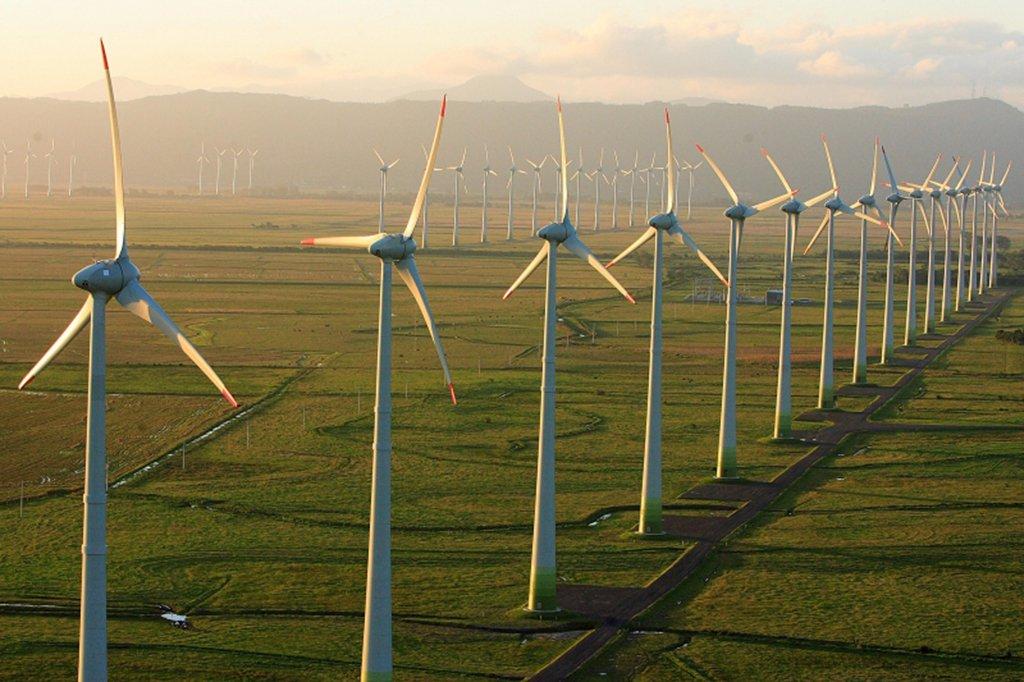O Banco Nacional de Desenvolvimento Econômico e Social (BNDES) aprovou a concessão de financiamento de R$ 679 milhões à empresa Atlantic Energias Renováveis S/A para implantação do Complexo Eólico Santa Vitória do Palmar, no Rio Grande do Sul; o empreendimento, orçado em R$ 1,2 bilhão, é formado por 12 parques geradores e sistema de transmissão associado, com potência instalada de 207 megawatts (MW), suficiente para atender cerca de 400 mil residências ou 1,2 milhões de habitantes, de acordo como banco; dos 12 parques previstos, cinco já estão prontos