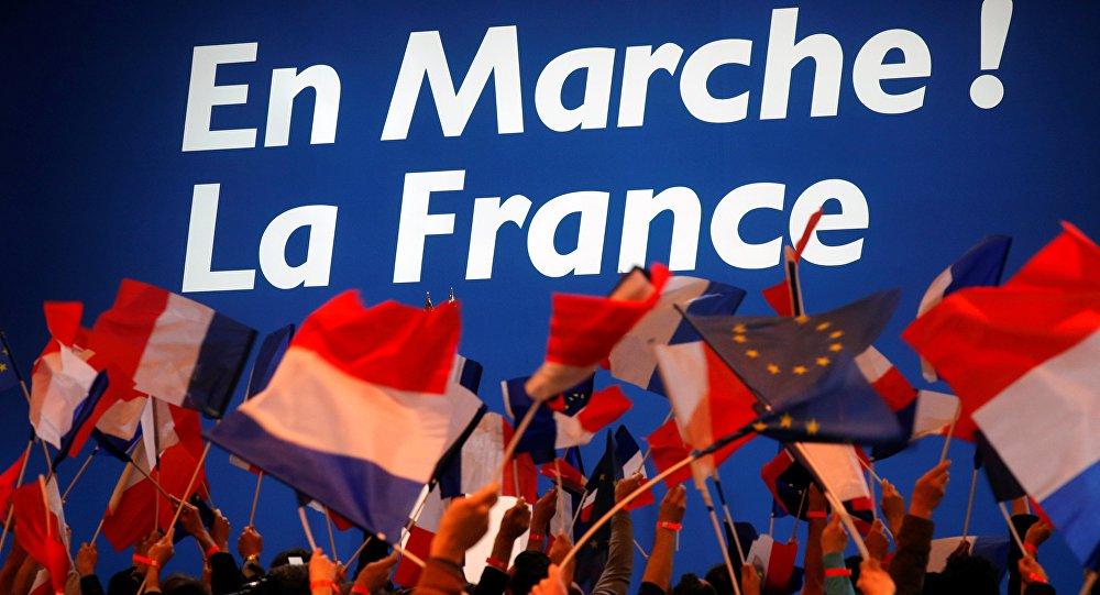 Le Pen e Macron no segundo do turno, novamente é a hegemonia do voto anti-establishment. Tendência nas grandes economias. Le Pen dispensa apresentação. Macron é jovem, vem do mercado (banqueiro) e tem quase nenhuma experiência política