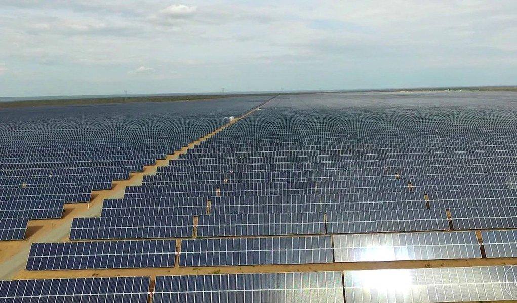 Forte radiação, baixa umidade e o sol atraíram para o Piauí o maior parque de energia solar em operação da América do Sul; são quase um milhão de painéis distribuídos numa área do tamanho de 700 campos de futebol; a boa notícia é que uma usina em Ribeira do Piauí, a 490 quilômetros de Teresina, acaba de entrar em operação fornecendo ao sistema interligado nacional 292 megawatts, energia suficiente para abastecer diariamente um município com 1,2 milhão de pessoas