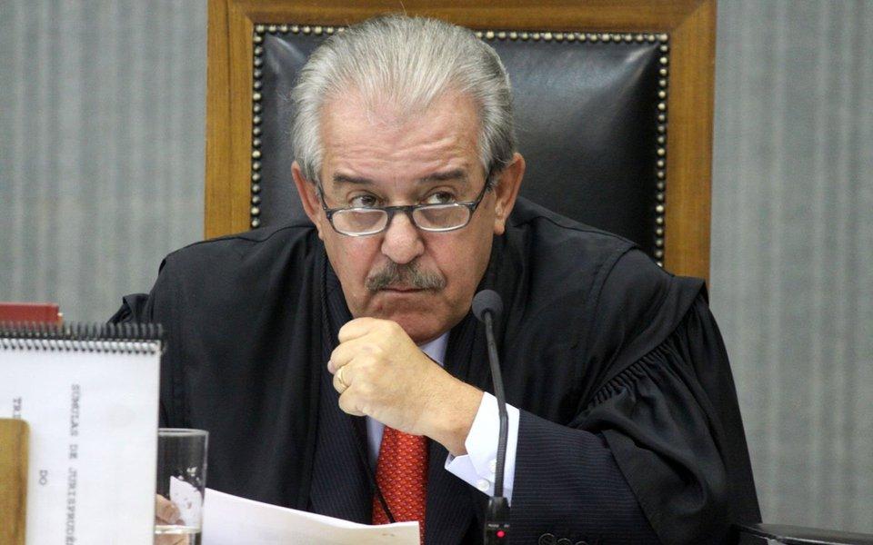 O conselheiro do Tribunal de Contas do Estado de São Paulo Robson Marinho, afastado do cargo há três anos por suspeitas de ter recebido propina da Alstom, será reintegrado ao cargo por decisão do Tribunal de Justiça; a 12ª Câmara de Direito Público acatou as alegações do advogado de Marinho,oque foi filiado ao PSDB, de que o afastamento ocorreu há três anos e até hoje o caso não foi julgado