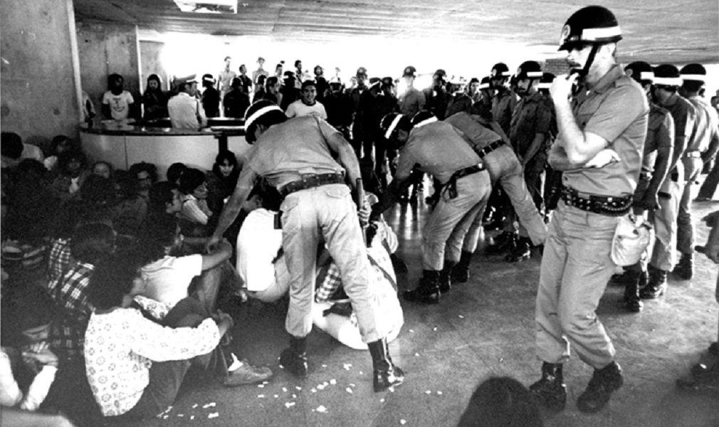 No dia 22 de setembro de 1977, após invasão da Faculdade de Medicina da USP, forças militares compostas por 700 homens fardados e mais 200 agentes à paisana invadiram o Campus da PUC – Pontifícia Universidade de São Paulo, onde se realizava uma manifestação Pró- UNE, com objetivo de repensar estratégias para o movimento estudantil; abertura acontece hoje na PUC, com participação de Florestan Fernandes Júnior, às 19h30