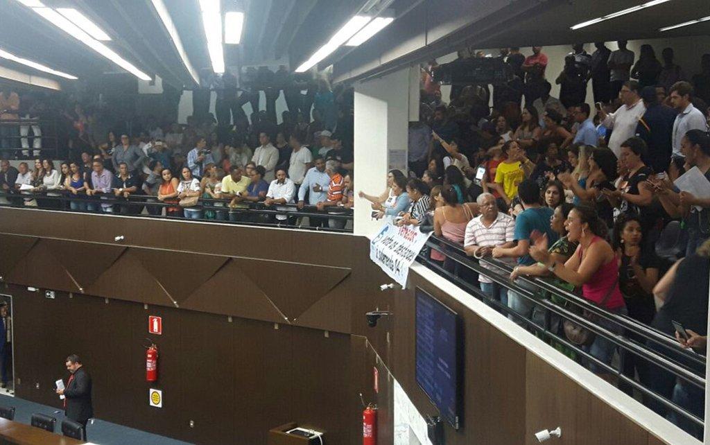 """Servidores públicos de Belo Horizonte lotaram as galerias da Câmara Municipal, para protestar contra a emenda apresentada ao projeto de lei que muda o Estatuto do Servidor e outras leis correlatas, promovendo ajustes em gratificações, em jornadas de trabalho e modificações na concessão de alguns benefícios, como férias-prêmio e quinquênios; a categoria aguarda a votação projeto de lei do Executivo (PL 378/2017), em segundo turno, que prevê reajuste salarial de 2,53% para todo o funcionalismo da capital; conforme justificativa da Prefeitura de Belo Horizonte (PBH), o novo texto foi resultado de um """"amplo processo de negociação entre a administração pública municipal e entidades representativas dos servidores"""""""