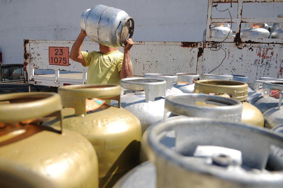 O preço do botijão de gás de cozinha vai sofrer mais um reajuste a partir desta quarta-feira (11), de acordo com a Associação dos Revendedores de Gás do Estado de Alagoas (Argal); os preços podem variar de R$ 70 a R$ 85 por botijão; reajuste de 12,9% foi anunciado pela Petrobras nesta terça-feira (10) e se deu devido a variação das cotações do produto no mercado internacional; em Alagoas, esse reajuste vai ser de 19,8%