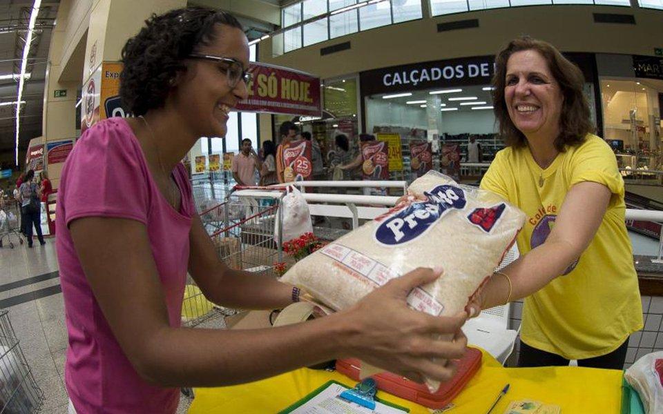 Consumidores brasileiros acreditam que a inflação acumulada nos próximos 12 meses ficará em 6,3%; pesquisa de agosto mostrou que a taxa recuou 0,6 ponto percentual em relação a julho (6,9%); essa é a menor taxa da Expectativa de Inflação do Consumidor, medida pela Fundação Getulio Vargas (FGV), desde julho de 2012 (6,2%)