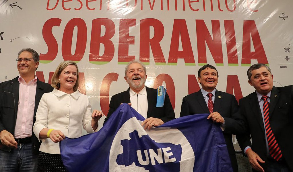 """Ex-presidente desafia quem tenta tirá-lo da disputa à presidência da República; """"Trabalham todo dia com a certeza de me tirar da disputa. Façam e vamos ver o que acontece. Acham que não tenho força como cabo eleitoral"""", disse, em discurso durante ato político em Brasília em defesa da educação; Lula também afirmou que a """"economia brasileira não vai ficar subordinada aos interesses do rentismo"""" e alertou sobre o discurso do governo que fala em investimentos de estrangeiros no Brasil; """"Dizem que estão investindo no Brasil. É mentira. Eles estão vindo pra comprar ativos brutos do Brasil e comprando quase de graça"""""""