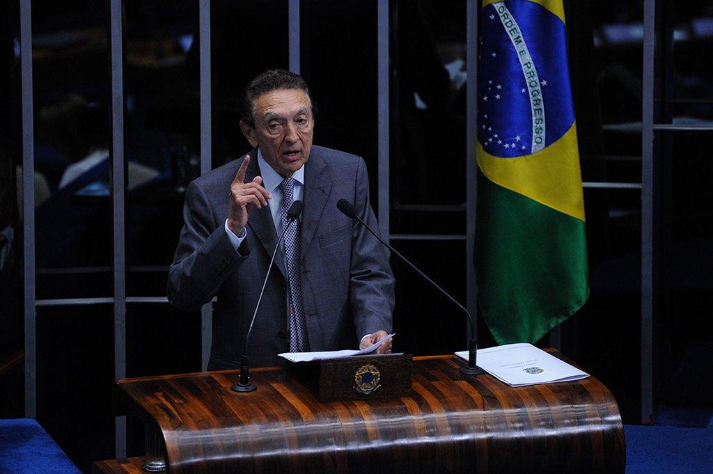 Senador Edson Lobão faz pronunciamento para se defender da inclusão de seu nome na lista do procurador Rodrigo Janot (Fabio Rodrigues Pozzebom/Agência Brasil)