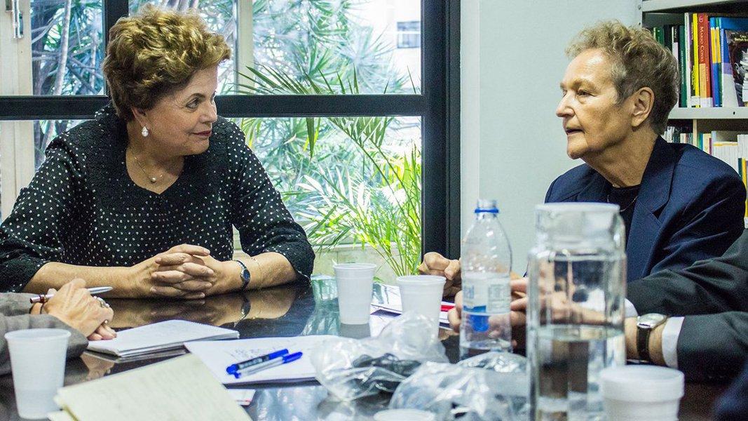 """A jurista, ex-deputada e ex-ministra da Justiça da Alemanha Herta Däubler-Gmelin anunciou nesta segunda-feira 14, durante encontro, no Brasil,com a presidente deposta Dilma Rousseff, que pretende denunciar na Europa o golpe parlamentar contra ela e a perseguição judiciária contra o ex-presidente Lula;""""Estou chocada como esses fatos não chegaram na Alemanha e na Europa geral. Vou procurar os partidos, vou relatar estes fatos, buscar os jovens, pedir ajuda às redes sociais, para que possamos refletir sobre o caráter de tudo que está acontecendo aqui"""" disse; na semana passada, ela disse que """"há dúvidas sobre a isenção da Justiça no Brasil"""""""