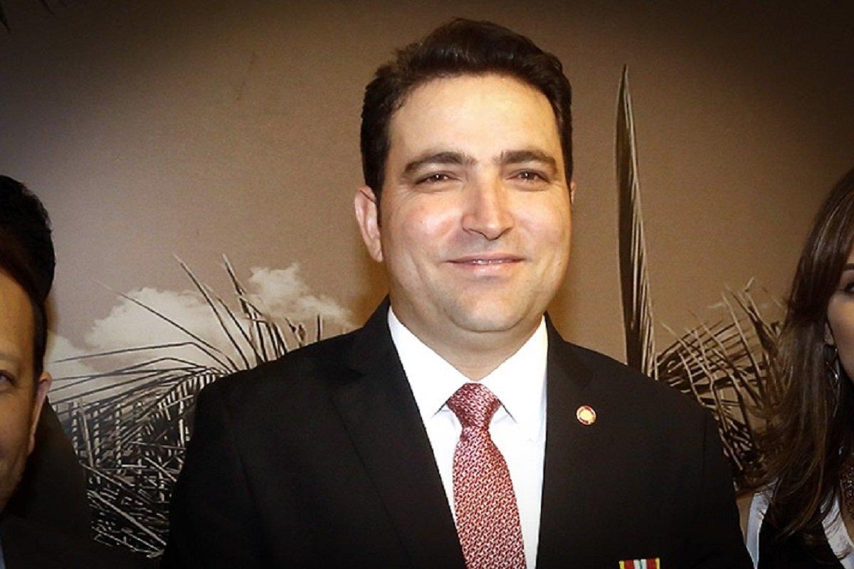 """O advogado Willer Tomaz, da J&F (controladora do grupo JBS), prestou depoimento à CPMI da JBS nesta quarta-feira (4). De acordo com o relator da comissão, deputado Carlos Marun (PMDB-MS), o depoimento de Tomaz é """"extremamente grave"""" ao lançar suspeitas sobre a conduta de Rodrigo Janot, ex-procurador-geral da República, no acordo de delação da JBS; segundo o advogado, Janot """"forçou a barra"""" para deixar o caso em que ele é investigado com o ministro Edson Fachin, do STF (Supremo Tribunal Federal); detido na Operação Patmos, deflagrada com base na delação de executivos da JBS, em maio, o advogado é acusado de pagar propina ao procurador Ângelo Goulart Villela"""