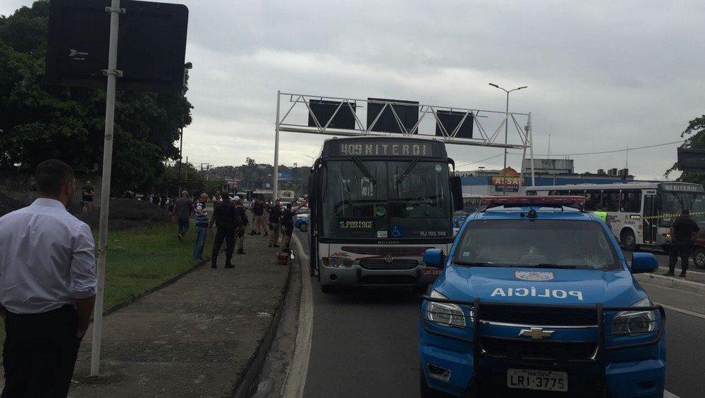 Um homem fez reféns durante uma tentativa de assalto dentro de um ônibus na Avenida do Contorno (BR-101), em Niterói, no Grande Rio; policiais rodoviários federais e policiais militares negociaram a liberação; todos os reféns já foram liberados e o assaltante, preso