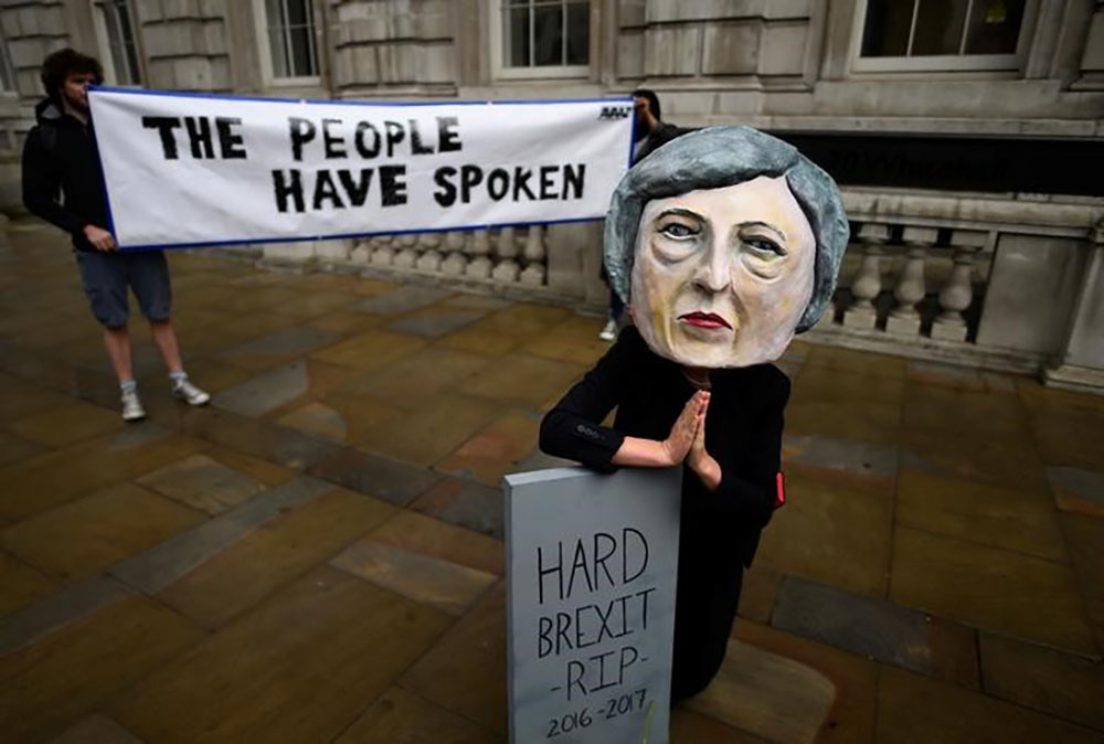 Manifestante usa máscara de primeira-ministra britânica, Theresa May, um dia após eleição no Reino Unido, em Londres. 09/06/2017 REUTERS/Clodagh Kilcoyne