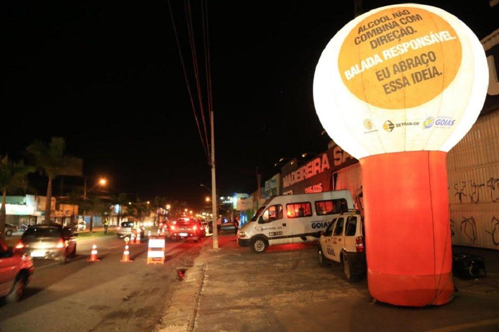 As blitzen do programa Balada Responsável, coordenador pelo Departamento Estadual de Trânsito de Goiás (Detran-GO), recuperaram o total de 50 veículos roubados no primeiro semestre deste ano, em Goiânia; durante as ações, entre janeiro e julho, foram realizados também 50 desarmamentos e recapturados 58 foragidos; na última terça-feira (3), uma blitz do Balada Responsável recuperou um veículo Ford/Ecosport, que havia sido furtado no dia 26 de setembro, na capital
