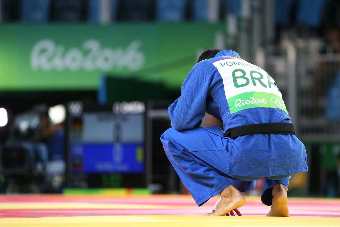 """Governo de Michel Temer anuncia um corte de 87% no orçamento do Ministério do Esporte, que poderá acabar com o programa Bolsa Atleta;rubrica """"preparação de atletas e capacitação de recursos humanos para o esporte de alto rendimento"""", caiu de 56,6 milhões em 2017 para R$ 7,2 milhões na LOA de 2018; criado em 2005 pelo ex-presidente Lula e fortalecido no governo de Dilma Roussef, o bolsa Atleta é considerado um dos maiores programas de incentivo ao esporte; nos jogos olímpicos do Rio, dos 465 desportistas inscritos, 358 receberam o benefício"""