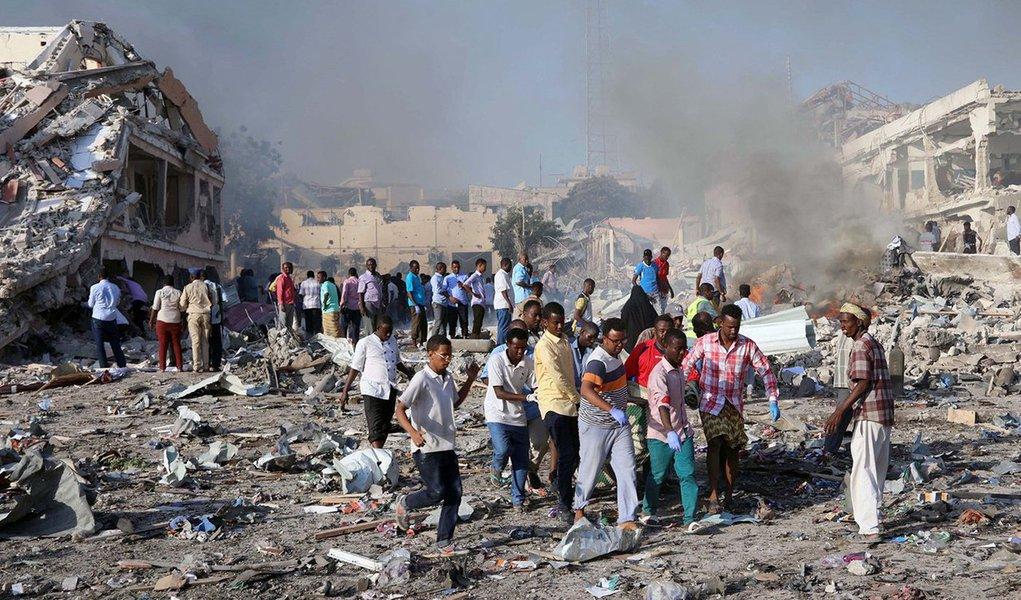 O número de mortos na explosão de duas bombas na capital somali, Mogadíscio, ocorrida no fim de semana passado, aumentou para 358, informou o governo nesta sexta-feira; além do número confirmado de mortos, 228 pessoas ficaram feridas no que foi o ataque mais mortal na história do país