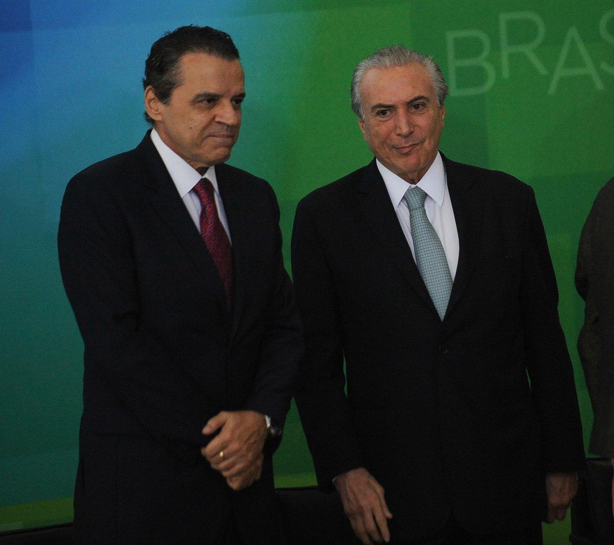 A presidenta Dilma Rousseff dá posse ao novo ministro do Turismo, Henrique Eduardo Alves. E/D: Henrique Alves, Michel Temer e Dilma Rousseff (José Cruz/Agência Brasil)