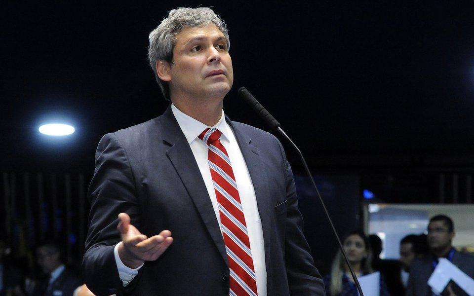 """O senador Lindbergh Farias (PT/RJ) denuncia o orçamento montado por Michel Temer (PMDB) para 2018, que já é efeito da PEC do Corte dos Investimentos. """"É um verdadeiro desastre social"""", critica o parlamentar; Lindbergh lista a diferença nos valores em comparação aos anos anteriores; em 2015, por exemplo,no governo de Dilma Rousseff (PT), o orçamento para a educação superior era de R$ 13 bilhões; no ano de 2018 será de R$ 5,9 bilhões"""
