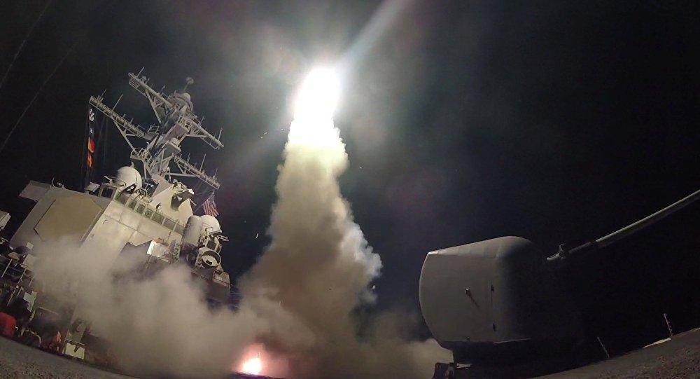"""Apresentador do canal norte-americano MSNBC, Brian Williams chamou de """"belas"""" as imagens do ataque dos EUA contra a base na Síria durante a apresentação ao vivo; ele utilizou o adjetivo mais de três vezes em 30 segundos; """"Passamos aos detalhes. Vemos estas belas imagens noturnas tiradas das cobertas dos porta-aviões da Marinha dos EUA posicionados no Mediterrâneo oriental. É impossível não citar o famoso Leonard Cohen: 'Que belas são as nossas armas.' São imagens belas"""", comunicou o apresentador"""