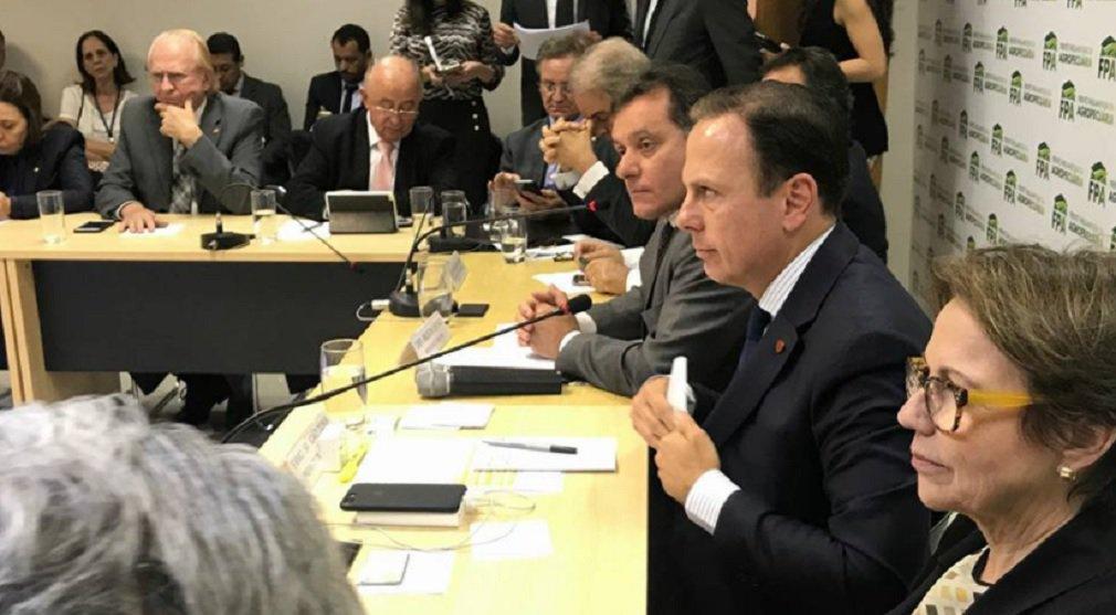 """O prefeito de São Paulo, João Doria (PSDB), defendeu, nesta terça-feira, a nova portaria do Ministério do Trabalho que flexibiliza as regras para incluir empresários na chamada """"lista suja do trabalho escravo""""; Doria se encontrou hoje com deputados federais que integram a bancada ruralista; o tucano disse concorda com a posição do deputado Nilson Leitão (PSDB), presidente da Frente Agropecuária, que apoiou totalmente a nova portaria; """"Eu endosso plenamente as posições apresentadas pelo deputado, que é do nosso partido. Então, a posição dele é a posição que eu endosso"""", disse Doria após o encontro realizado em Brasília"""