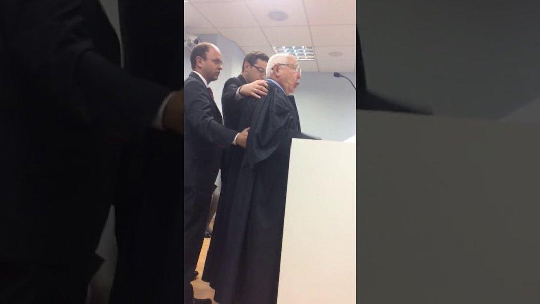 """O advogado usou seu tempo de sustentação oral durante um julgamento na 1ª Câmara Cível, em Florianópolis (SC) para acusar um desembargador de pedir R$ 700 mil para julgar favoravelmente uma decisão;Felisberto Odilon Córdova se referiu ao desembargador Eduardo Gallo como """"vagabundo"""", """"safado"""", """"descarado"""";""""Isso aqui não é a Câmara dos Deputados, isso aqui é um Tribunal de Justiça, e é preciso que a moralidade surja e venha a termo"""", afirmou o advogado; assista"""