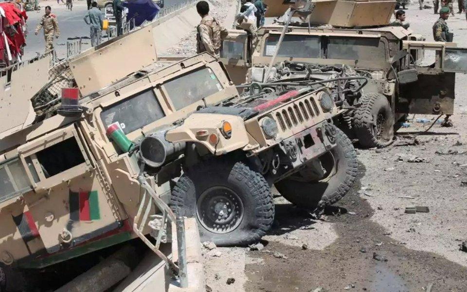 """Pelo menos seis pessoas morreram hoje (23) e outras 40 ficaram feridas, a maioria civis, em um atentado suicida dos talibãs, no qual um insurgente detonou um veículo lotado de explosivos nos arredores de um quartel policial no sul do Afeganistão; explosão perto da entrada do quartel-general da polícia em Lashkargah, capital da província de Helmand, causando """"muitas baixas"""", disse à Agência de notícias EFE o porta-voz da polícia, Salam Afghan"""