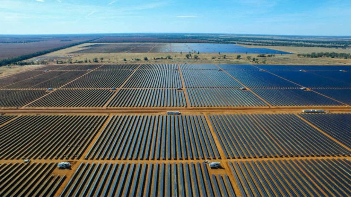 O parque solar Lapa, considerado o maior parque solar fotovoltaico em operação no Brasil, entrou em operação nesta segunda-feira; localizado no município de Bom Jesus da Lapa, o parque é composto por duas usinas, com capacidade instalada total de 158 megawatts; a operação do parque é da Enel Green Power, subsidiária brasileira do grupo italiano Enel; Lapa é capaz de gerar cerca de 340 gigawatts de energia por ano; a energia é suficiente para atender às necessidades anuais de consumo de energia de mais de 166 mil lares brasileiros