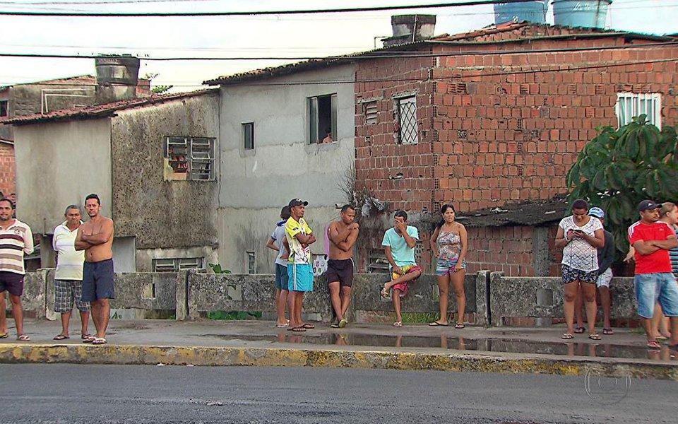 """Após mais um fim de semana violento em Pernambuco, em que 41 pessoas foram assassinadas, o líder da Oposição no Senado, Humberto Costa (PT-PE), lamentou o """"cenário de guerra"""" e as estatísticas avassaladoras nessa área; Estado registra quase 4 mil assassinatos nos oito primeiros meses deste ano; """"Infelizmente, hoje, pasmem os senhores, 1% de todos os homicídios que ocorrem no planeta acontece em Pernambuco. E, diante desse campo de guerra em que se transformaram as ruas, o Governo do Estado assiste a tudo inerte"""", afirmou o líder da oposição no Senado, Humberto Costa (PT-PE)"""