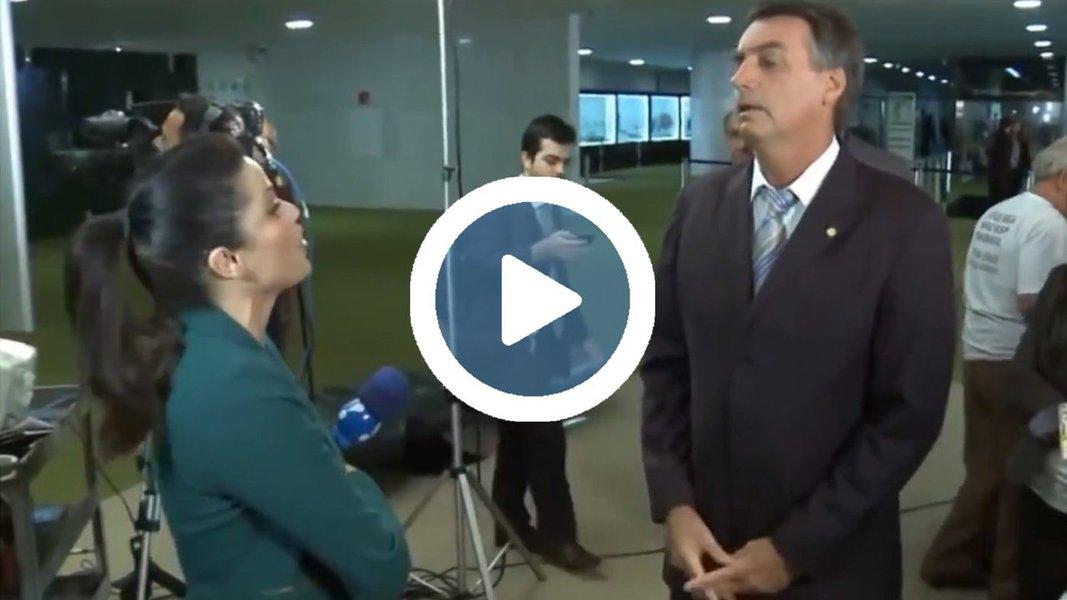 """Deputado Jair Bolsonaro (PSC-RJ) agrediu verbalmente uma repórter da Rede TV no Salão Verde da Câmara dos Deputados nesta tarde; a jornalista reclamou de atitudes agressivas do deputado, que soltou ofensas como: """"Você é uma idiota, você é uma ignorante"""" e """"vai aprender a fazer jornalismo"""""""
