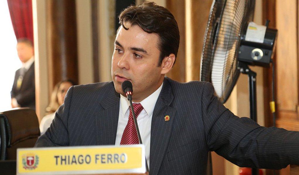 O vereador curitibano Thiago Ferro (PSDB) foi à tribuna da Câmara Municipal pedir para ser investigado pelos seus colegas de parlamento; Ferro é acusado de ficar com parte dos salários de três ex-funcionários de seu gabinete; o pedido do vereador, para que seja investigado, faz parte da estratégia dos advogados que o representam