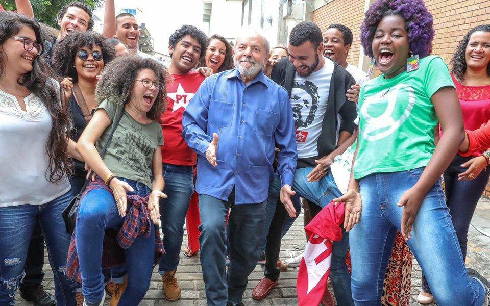 """Além de mobilizar multidões em seu giro pelo Nordeste, o ex-presidente Lula também ganhou apoio da juventude ao dançar funk na Bahia, dando a famosa """"sarrada""""; postagem da foto nas redes sociais de Lula viralizou na internet; encontro com jovens na Bahia aconteceu pouco antes de Lula ir para a estrada rumo a Sergipe,segundo estado a ser visitado na caravana pelos nove estados do Nordeste; Lula também foi recebido aos gritos pelos jovens baianos; assista ao vídeo"""