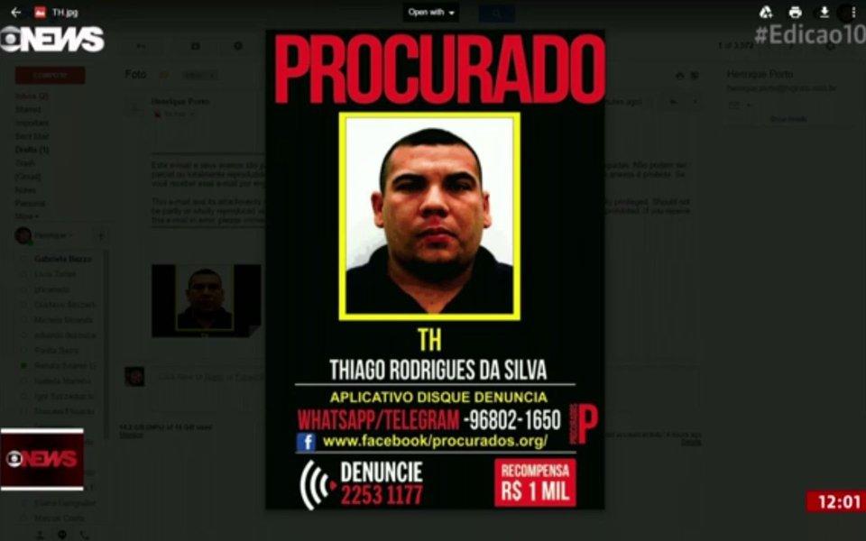 A Polícia Militar (PM) prendeu um dos homens mais procurados pelo roubo de cargas que chegam ao Rio de Janeiro por estradas federais que cortam o município, como a Rodovia Presidente Dutra e a Rio-Juiz de Fora; policiais militares do 41º Batalhão da PM, do bairro de Irajá, receberam uma denúncia anônima e conseguiram prender Thiago Rodrigues da Silva, conhecido como TH; ele foi preso com um fuzil automático na localidade da Quitanda, no Complexo da Pedreira; o criminoso é um dos principais líderes de quadrilhas de roubos de carga e tráfico de drogas que atuam na região