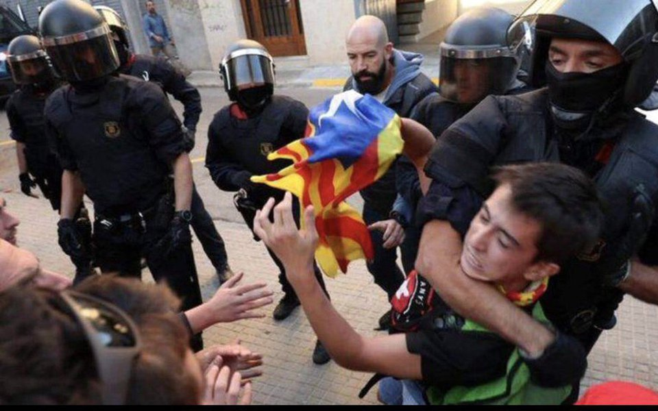 """Porta-voz da Comissão Europeia, Margaritis Schinas, afirmou que o referendo pela independência da Catalunha foi ilegal, mas acrescentou que a violência não pode ser nunca um instrumento político; """"Na Constituição espanhola, o voto de ontem na Catalunha não era legal. Para a Comissão Europeia, como o presidente Jean-Claude Juncker reiterou repetidamente, esse é um assunto interno da Espanha, que deve ser tratado em linha com a ordem constitucional espanhola"""", disse; mais de 800 pessoas ficaram feridas nos confrontos com a polícia"""