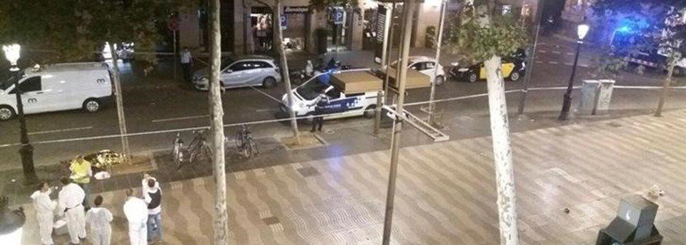 Policiais espanhóis que procuram um suspeito após o ataque de uma van em Barcelona, que matou 13 pessoas, disseram que não podiam descartar a hipótese de ele ter cruzado a fronteira para a França; a polícia espanhola disse que operações de segurança estavam em andamento na Catalunha e na fronteira francesa enquanto tenta encontrar Younes Abouyaaqoub, que se acredita ser o único de 12 suspeitos ainda em liberdade