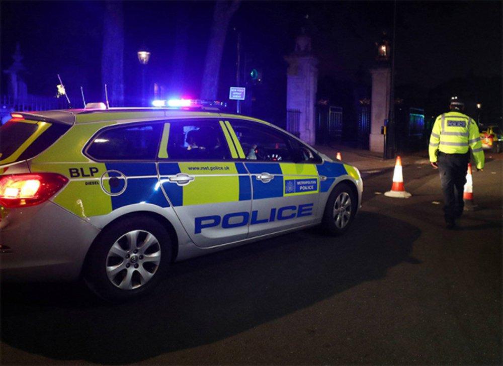 """Um homem gritando """"Allahu Akbar"""" (deus é grande) atacou com uma espada dois policiais do lado de fora do palácio de Buckingham na noite de sexta-feira, disse a polícia britânica"""