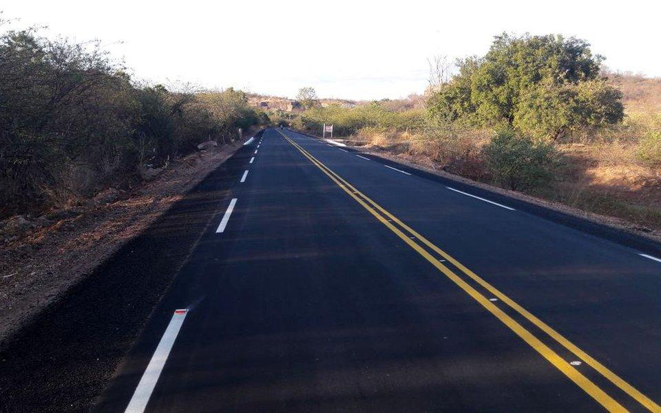 O governador Wellington Dias inaugura duas obras executadas pelo Departamento de Estradas de Rodagem (DER-PI) no interior do estado; uma delas, a pavimentação asfáltica em Concreto Betuminoso Usinado a Quente (CBUQ) na Avenida 9 de Abril e na Rua Projetada n° 1, ambas no município de Alagoinha do Piauí; com extensão de 1.420 metros, a obra custou R$ 923 milhões com fonte de recursos o Tesouro Estadual