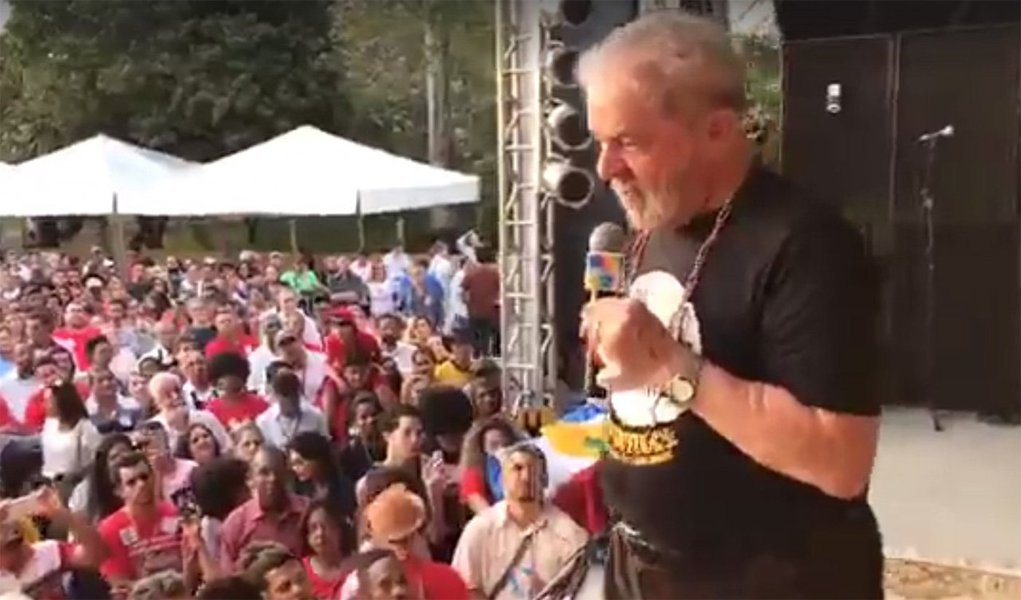 """""""Ele está com medo que eu receba o título pelo que ainda vamos fazer pelo Brasil"""", disse o ex-presidente Lula sobre a decisão do juiz federal Evandro Reimão dos Reis, que na manhã desta quinta-feira (17) concedeu liminar impedindo que ele receba o título Doutor Honoris Causa da Universidade Federal do Recôncavo da Bahia (UFRB), que seria entregue nesta sexta em Cruz das Almas; """"O que importa é o reconhecimento. Sou um cidadão, torneiro mecânico, que fez mais universidades na história desse país"""", afirmou Lula"""