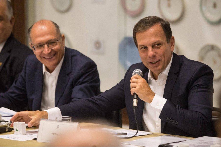 """Segundo o prefeito de São Paulo, João Doria (PSDB), o governador Geraldo Alckmin (PSDB) """"é um homem de bem, correto, honesto, polido, tem uma vida limpa. São 40 anos de vida pública. É evidente que alguém que tem uma vida limpa, construída com modéstia, como ele tem, fica constrangido diante dessas circunstâncias"""";delação da Odebrecht aponta que houve negociações de caixa dois para a campanha eleitoral de 2010 do governador"""